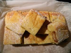 Plaatcake met bitterkoekjes en perzik
