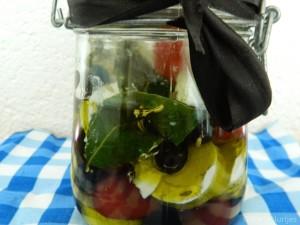 Gemarineerde-geitenkaas-olijven-en-pepers