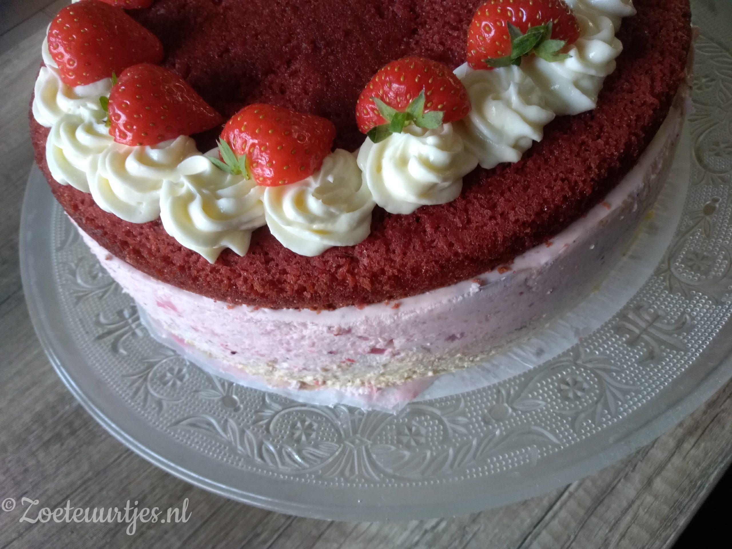 red velvet aardbeien-pistachetaart