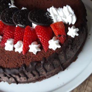 chocoladetaart met oreo en aardbeien