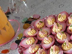 roze gevulde eieren met bacon